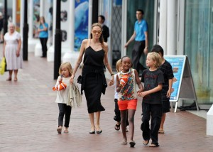 (KIKA) - SYDNEY - Ha già provato le sue facoltà di eroina al cinema con Mr. and Mrs. Smith e con la saga di Tomb Raider, ma Angelina Jolie non smette di stupire. Atterrata a Sydney con la sua ciurma al completo, la Jolie ha pensato tutta sola alla gestione della famiglia, perchè Brad Pitt è rimasto a Londraimpegnato nelle riprese di Fury.Cosa fare con sei marmocchi in una città come Sydney? Una visita all'acquario, naturalmente! Dopo un giro ben dettagliato del posto e una capatina al negozio di souvenirs, il tutto condito da qualche scherzo a mamma Angelina da parte del birbante Pax Thien, il gruppo si è rifugiato in un minivan diretto in albergo.La Jolie ha scelto l'Australia perchè a breve inizierà le riprese del suo ultimo lavoro cinematografico, Unbroken. La notizia è che Angelina riceverà a novembre un Oscar onorario per i suoi sforzi nel sociale, andandosi ad aggiungere ai premiati precedenti come Oprah Winfrey e Elizabeth Taylor.